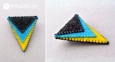 spillettina triangolare con colori contrastati. molto piccola ma cattura subito l'attenzione.