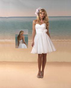 Suloinen lyhyt hääpuku, loistava jatkomekko tai ihastuttava rantahäiden puku tai... Mahtavan ihana!