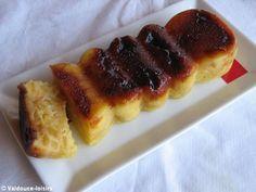 Gâteau normand micro ondes 3 belles pommes 100 g de sucre 50 g de beurre 2 œufs 100 g de farine 100 ml de lait ½ sachet de levure chimique 3 c à soupe de calvados 50 ml de nappage caramel