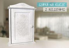 postarzana szafka na klucze z reliefami