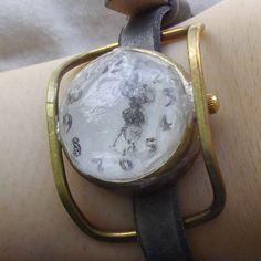 まるで小さな氷を着けているような、涼しげな時計です。シンプルな中にも女性らしくスタイリッシュ、かわいさにもこだわったデザインを目指しました。ケース、レンズ、ベ...|ハンドメイド、手作り、手仕事品の通販・販売・購入ならCreema。