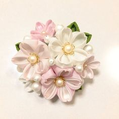 ブーケのような、丸みを帯びた春らしい桜のコームです。お花の構成は全て桜で、少し光沢の付いた生地に花の中心にパールをあしらった、洋風仕上げになっております。コーム全体がドーム状に丸みを帯びている事で髪にも立体感を与え、生き生きと見えるかと思います。<大きさ... Ribbon Art, Diy Ribbon, Fabric Ribbon, Fabric Flowers, Felt Hair Accessories, Cherry Blossom Art, Brooch Corsage, Kanzashi Flowers, Iris Flowers