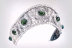 The diamond and emerald version of the kokoshnic used seven of the larger cabochon emeralds, each set in a diamond cluster within a lattice-style structure banded with rows of diamonds top and bottom