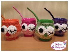 ♡20 DE JULIO: DIA DEL AMIGO♡ Mates de acrílico con fundas tejidas al crochet y bombilla Tomamos pedidos hasta el 10/7 #diadelamigo #20dejulio #regalitos #mates #crochet #buhos #amigas Crochet Cup Cozy, Crochet Home, Love Crochet, Crochet Crafts, Crochet Baby, Knit Crochet, Baby Jars, Crochet Accessories, Tea Party