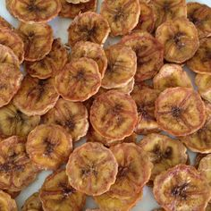Baked banana chips with cinnamon and more cheaper healthier food Clean Recipes, Veggie Recipes, Snack Recipes, Cooking Recipes, Healthy Sweets, Healthy Snacks, Healthy Eating, Healthy Recipes, Baked Banana Chips