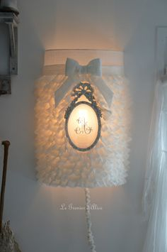 Abat jour écran abat jour shabby chic romantique avec froufrou volant abat jour voile de lin ornement patiné monogramme brodé noeud romantique romantic lampshade