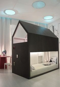 Casita hecha a partir de una litera KURA de Ikea, genial! • LITTLE FOREST HOUSE with two spaces for play and relaxation for the child, by Ikea Hackers.