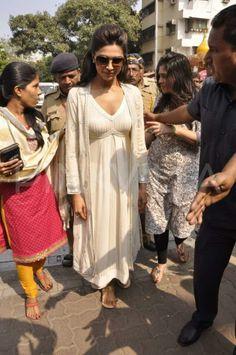 Deepika Padukone visits Siddhivinayak Temple | PINKVILLA