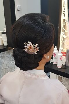 Mom Hairstyles, Hairdos, Up Styles, Hair Styles, Girl Fashion, Flower Girl Dresses, Bridal, Wedding Dresses, Big Bun