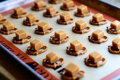 Pretzel Turtles by Ree Drummond / The Pioneer Woman. These are sooo yummy! The Pioneer Woman, Pioneer Woman Recipes, Pioneer Women, Turtle Cookies, Bar Cookies, Cookie Bars, Holiday Cookies, Holiday Treats, Crack Crackers