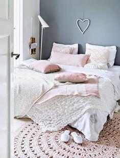 Une accumulation de textiles pour une chambre douillette.                                                                                                                                                                                 Plus