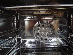 Troubu je potřeba jednou za čas vyčistit Simple Life Hacks, Cleaning Hacks, Oven, Household, Kitchen Appliances, Sweet Recipes, Diy Kitchen Appliances, Home Appliances, Ovens