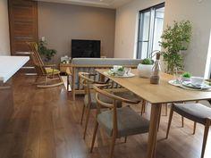 チェリー柄の床に北欧系のナチュラルな家具で全体をコーディネート