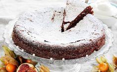 En härlig jultårta med choklad och en skvätt glögg i smeten. Jultårtan är som en kladdkaka och är gott med en klick vispgrädde till.