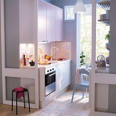 Даже очень маленькие кухни могут быть уютными и вмещать в себя все необходимое.