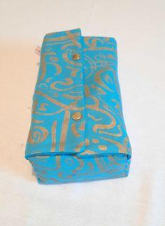 Sublime tissu avec des calligraphies style arabe dorées. Bleu Turquoise, Decoration, Style, Blue Fabric, Calligraphy, Slipcovers, Fabrics, Decor, Swag