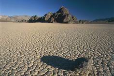Una piedra proyecta su sombra sobre el suelo del Valle de la Muerte.