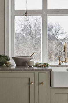 Shakerkök! Ett elegant och tidlöst shakerkök, designat och platsbyggt av oss. Helt måttanpassat med en bänkskiva i kalksten och en varm grön ton på luckorna. Se den senaste inspirationen, köksdesign, tillval och bänkskivor på www.nordiskakok.se #köksdesign #köksinspo #kök #platsbyggt #shakerkitchen #byggakök #kitcheninspo #kitchen #kitcheninspiration #shaker #home #interior #interiör #interiør #shakerkök #shakerkitchen