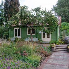 Ben je op zoek naar een knusse plek, middenin een uitbundige groentetuin vol bloemen? Wees welkom.  Het tuinhuis ligt midden in onze tuin van 2000 m2. Aan de rand van de tuin vind je de houtgestookte sauna van waaruit je kunt uitkijken over de weilanden.  Wij leven hier een groot deel van (en in!) de tuin, en delen graag de rijkdom van het buitenleven met anderen.  Het huisje staat op de grens met Duitsland en samen met de glooiende heuvels van Montferland geeft dat al snel een… Dream Garden, Home And Garden, Next Holiday, B & B, Weekend Getaways, Bed And Breakfast, Renting A House, Garden Inspiration, My Dream Home