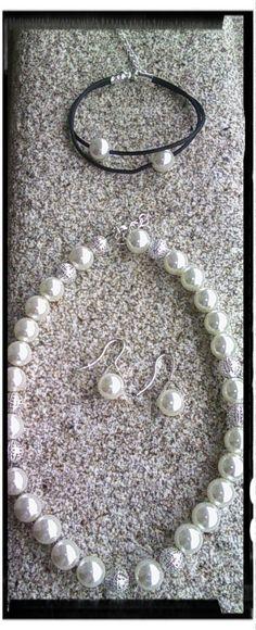 Conjunto con cuentas tipo perla y decoración en metal plateado compuesto por:  Gargantilla, pulsera (silicona) y pendientes.