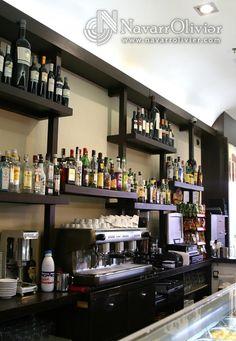 Mueble botellero contrabarra en madera. Taberna Real, Lorca, Murcia. navarrolivier.com