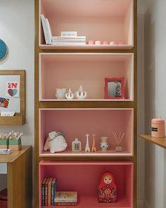 """Adoramos usar diferentes tons da mesma cor criando um degradê como nessa estante linda da @quartosetc Não deixa o ambiente monótono e da um """"ar"""" moderno. #uebaa #uebaadesign #uebaainspira #estante #designforkids #designinfantil #quartoinfantil #decoracaoinfantil #quartodescolado #quartodecrianca"""