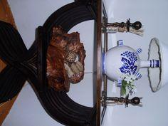 vecchia sedia savonarola trasformata in un elegante tavolino vintage da salotto