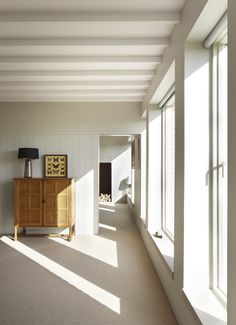 Architect Lucy Marston adds touches of subtle color to a forward-thinking modern farmhouse in rural England, using a palette reminiscent of painter Ben Nicholso British Architecture, Interior Architecture, Modern Interior, English Farmhouse, Modern Farmhouse, Suffolk House, Loft Plan, Joinery Details, Turbulence Deco