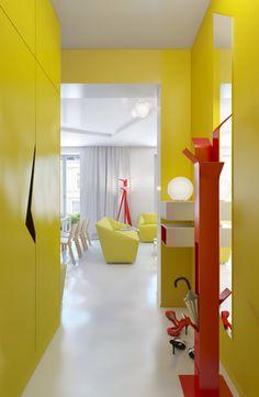 um  apartamento pequeno e muito colorido