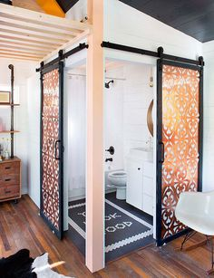 Cuarto de baño con puertas correderas