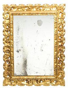 Espejo con marco español en madera tallada y dorada, del siglo XVII