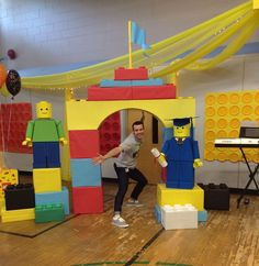 I also want some lego figurines on stage! Lego Themed Party, Lego Birthday Party, 6th Birthday Parties, Boy Birthday, Lego Parties, Diy Lego Birthday Invitations, Birthday Ideas, Legos Party Ideas, Lego Party Favors