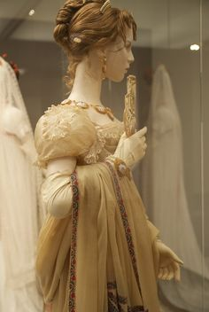 Beautiful details of sleeve, glove, fan, necklace and shawl. Napoleon and the Empire of Fashion 1800s Fashion, 19th Century Fashion, Vintage Fashion, Medieval Fashion, Napoleon, Vintage Dresses, Vintage Outfits, Regency Dress, Regency Era