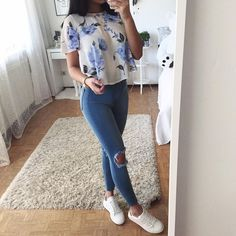 40ec87c491 Tee Shirt Fleuri Blanc et Bleu Ripped Jeans