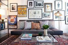 Wanddeko mit vielen Bilderrahmen im Wohnzimmer