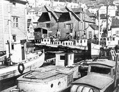 Her ligger båtene tett i tett i nærheten av Sandvikstorget. I bakgrunnen Sandviksboder 29a og 29b. Bildet er datert 1938. Foto: Ragna Sollied. - (Fra «Det antikvariske register for Bergen» Sandviken – Sone 1.)