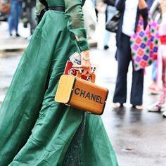 Bolsa criativa pra inserir ponto de interesse no look. Acessório também complementa e transmite mesnagens de estilo.  #cabidecriativo #seuestilosuaidentidade