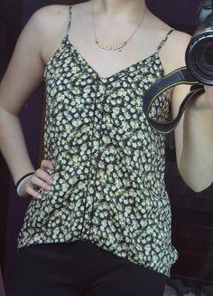 Kup mój przedmiot na #vintedpl http://www.vinted.pl/damska-odziez/koszulki-na-ramiaczkach-koszulki-bez-rekawow/7165516-koszulka-asymetryczna-hm-kwiatki-wyciecia-wzdluz