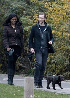 Tom Hiddleston seen walking his new puppy with a friend in a park in North London on November 22, 2017. More pictures here: https://m.weibo.cn/status/4177037746987325 Via Torrilla