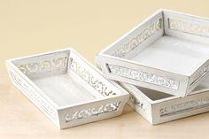 Landhausmöbel: Vitrine und Kommode weiss - Landhaus Dekoration - Gedeckter Tisch - Tablett 3er-Set Holz weiß (bisher 137,95 Euro)