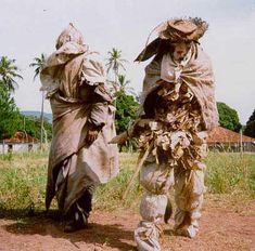 Os bobos (bobotegi) são personagens que figuram na festa do navio, realizada pelos Kadiwéu. Este longo ritual remonta aos tempos da Guerra do Paraguai, quando este povo lutou pelo Brasil. Foto: Mônica Pechincha, 1992.