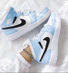 Cute Nike Shoes, Cute Nikes, Cute Sneakers, Nike Air Shoes, Shoes Sneakers, Jordan Shoes Girls, Girls Shoes, Tenis Nike Jordan, Mode Converse