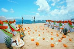 We love beach weddings as they are adorably relaxing and so sunny! But it's high time to think over an autumn celebration as this season will soon begin. Why not mix these two things together to get a gorgeous wedding?
