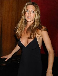 Jennifer Aniston hair color is as famous as she is for her popular films. Her light brown hair, with beautiful golden blonde highlights, looks stunning. Jennifer Aniston Style, Jennifer Aniston Pictures, Beautiful Celebrities, Beautiful Actresses, Jennifer Aniston Horrible Bosses, Jennifer Aninston, Rachel Green, Up Girl, Celebrity Photos