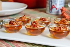 """""""Jelly Shots"""" à l'érable, au rhum et au bacon Bacon, Jelly Shots, Punch Bowls, Pudding, Desserts, Whipped Cream, Homemade Jelly, Drizzle Cake, Greedy People"""