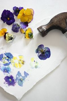 Flower crafts for kids – truly simple crafts for kids using actual flowers. Load… - Easy Crafts for All Kids Crafts, Diy And Crafts, Arts And Crafts, Easy Crafts, Recycled Paper Crafts, Pot Mason Diy, Mason Jar Crafts, Art Floral, Diy Y Manualidades