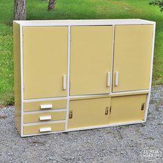 50-luvun keittiökaappi Furniture, Summer Kitchen, Interior, 50s Style Kitchens, Home Decor, Locker Storage, Kitchen, Kitchen Styling, Storage