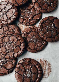Satisfy those chocolate cravings in a BIG way! Brownie Cookies Brownie Crinkle Cookies — The Boy Who Bakes Chocolate Crinkle Cookies, Chocolate Crinkles, Chocolate Brownie Cookies, Nutella Cookies, Nutella Fudge, Vegan Peanut Butter Cookies, Cream Cookies, Brownie Desserts, Chocolate Biscuits