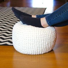 Learn how to knit your own floor pouf (for knitting beginners!) Learn how to knit your own floor pouf (for knitting beginners! Knitting Room, Vogue Knitting, Arm Knitting, Knitting Patterns, Crochet Pattern, Knitting Ideas, Simple Knitting Projects, Knitted Pouf, Tela