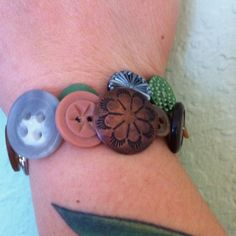 Cute for girls craft!! Button bracelet: lots of pretty buttons